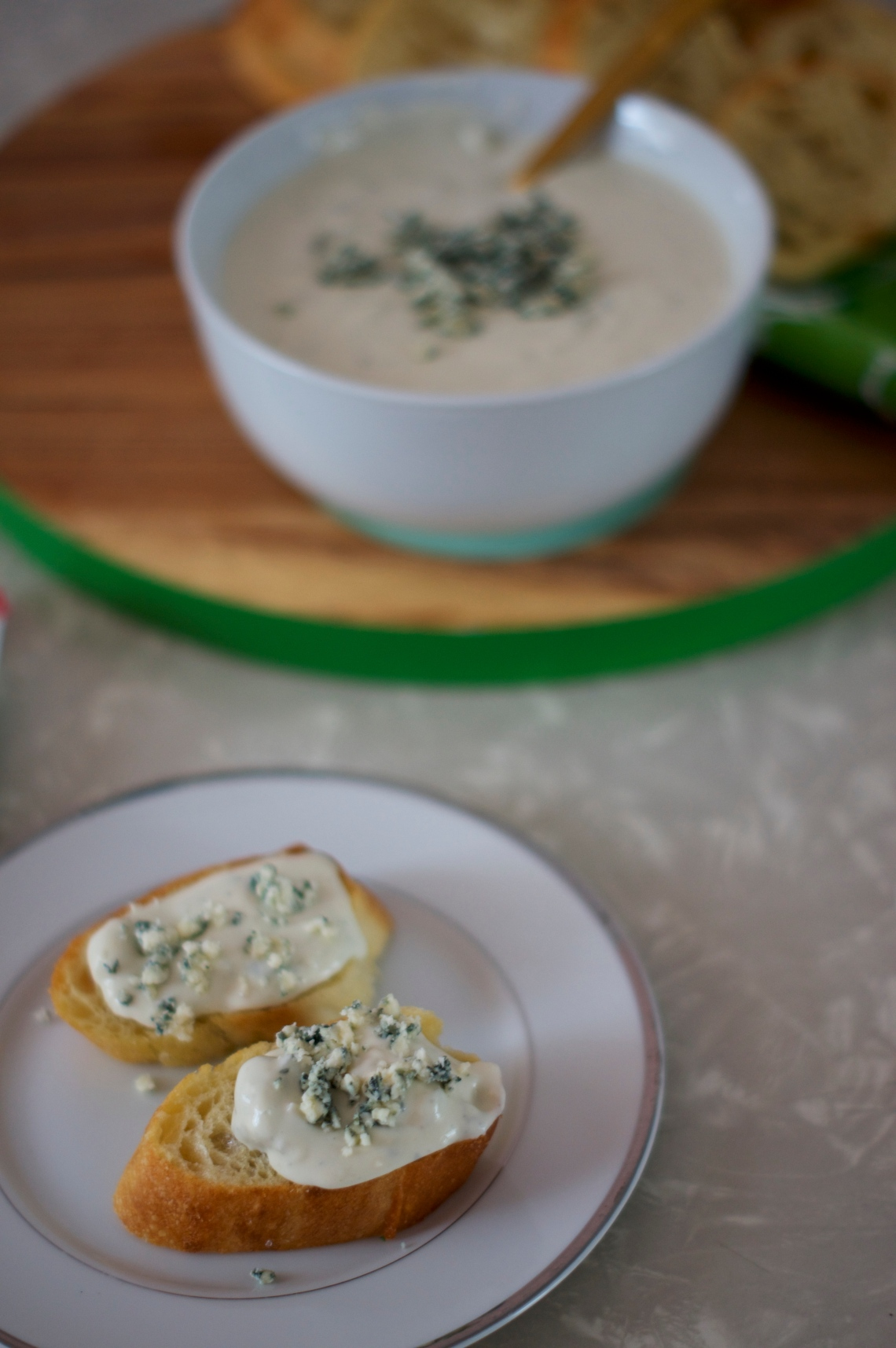 Gorgonzola Garlic Bread | via Midwest Nice Blog